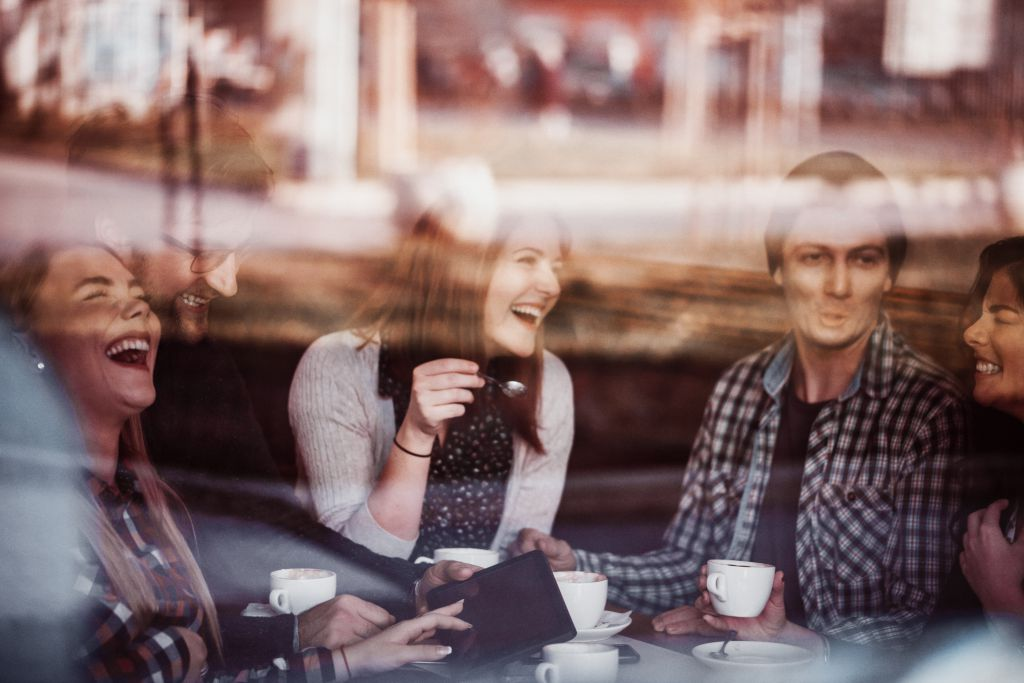 Persone che passano del tempo assieme condividendo un espresso