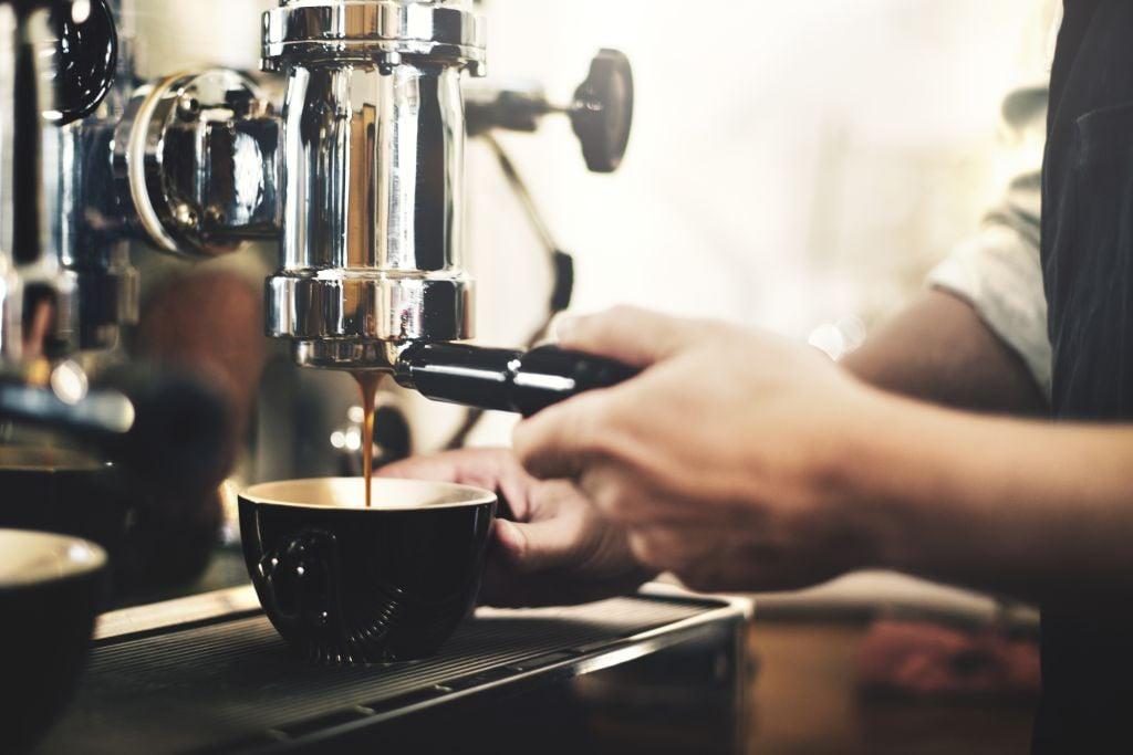 Preparazione del caffè nella macchina da caffè